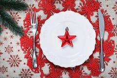 Πιάτο Χριστουγέννων στο υπόβαθρο διακοπών με το κόκκινο αστέρι Στοκ Εικόνες