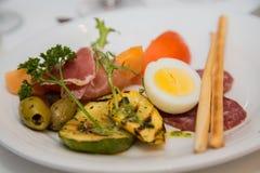 Πιάτο Antipasti με το βρασμένο αυγό Στοκ φωτογραφίες με δικαίωμα ελεύθερης χρήσης