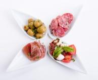 Πιάτο antipasti Deliscious με την παρμεζάνα και τις ελιές της Πάρμας Στοκ Φωτογραφία