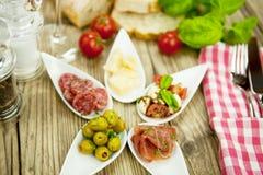 Πιάτο antipasti Deliscious με τις ελιές παρμεζάνας της Πάρμας Στοκ φωτογραφίες με δικαίωμα ελεύθερης χρήσης