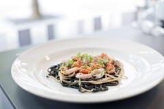 Πιάτο Calamari και ζυμαρικών στο εστιατόριο Στοκ εικόνες με δικαίωμα ελεύθερης χρήσης