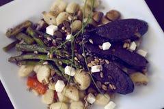 Πιάτο Gnocchi με το σπαράγγι και το σκοτεινό λουκάνικο Στοκ φωτογραφίες με δικαίωμα ελεύθερης χρήσης