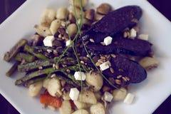 Πιάτο Gnocchi με το σπαράγγι και το σκοτεινό λουκάνικο Στοκ εικόνες με δικαίωμα ελεύθερης χρήσης