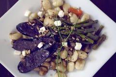 Πιάτο Gnocchi με το σπαράγγι και το σκοτεινό λουκάνικο Στοκ Εικόνες
