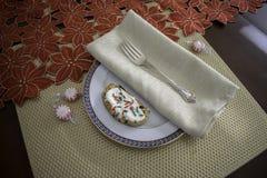 Πιάτο Whtie με τη χρυσή πετσέτα, το δίκρανο και τα διακοσμημένα Χριστούγεννα Cooki στοκ φωτογραφίες