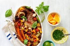 Πιάτων υγιές άσπρο αγροτικό ξύλινο tabl λαχανικών βόειου κρέατος ψημένο κρέας Στοκ Φωτογραφίες