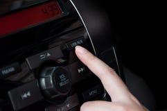 Πιέζοντας λεπτομέρεια κουμπιών USB AUX δάχτυλων γυναικών σε ένα ταμπλό αυτοκινήτων ` s Στοκ Εικόνες