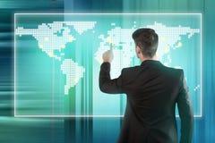 Πιέζοντας θέση επιχειρηματιών σε μια οθόνη παγκόσμιων χαρτών Στοκ Φωτογραφίες