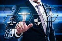 Πιέζοντας κουμπί επιχειρηματιών στη διεπαφή οθόνης αφής και το επίλεκτο διεθνές δίκαιο Στοκ Φωτογραφία