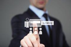 Πιέζοντας κουμπί επιχειρηματιών στη διεπαφή οθόνης αφής και την επίλεκτη παράδοση ιδιαίτερων μαθημάτων χρυσή ιδιοκτησία βασικών π στοκ φωτογραφία με δικαίωμα ελεύθερης χρήσης