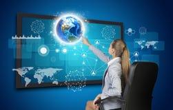 Πιέζοντας κουμπί οθόνης αφής επιχειρηματιών επάνω Στοκ εικόνες με δικαίωμα ελεύθερης χρήσης