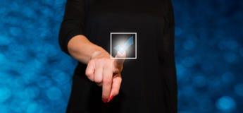Πιέζοντας οθόνη αφής γυναικών Στοκ φωτογραφία με δικαίωμα ελεύθερης χρήσης