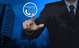 Πιέζοντας τηλέφωνο επιχειρηματιών και κουμπί εικονιδίων ταχυδρομείου πέρα από το χάρτη και Στοκ Εικόνες