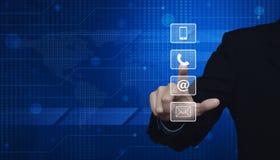 Πιέζοντας τηλέφωνο επιχειρηματιών, κινητό butto τηλεφώνων, και ηλεκτρονικού ταχυδρομείου Στοκ φωτογραφία με δικαίωμα ελεύθερης χρήσης