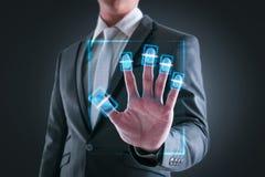 Πιέζοντας υψηλή τεχνολογία κώδικα φραγμών ανίχνευσης επιχειρηματιών Στοκ φωτογραφία με δικαίωμα ελεύθερης χρήσης