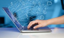 Πιέζοντας φορητός προσωπικός υπολογιστής σημειωματάριων ατόμων με το σύννεφο εικονιδίων doodle sym Στοκ φωτογραφία με δικαίωμα ελεύθερης χρήσης