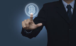 Πιέζοντας bitcoin εικονίδιο επιχειρηματιών στο μπλε υπόβαθρο, που επιλέγει το β Στοκ φωτογραφία με δικαίωμα ελεύθερης χρήσης