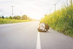 Πιέστε και μάταιος, hitchhiker ταξιδιού άτομο με το σακίδιο πλάτης στοκ φωτογραφίες