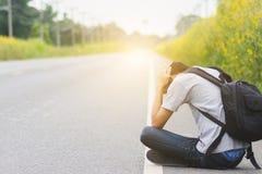 Πιέστε και μάταιος, hitchhiker ταξιδιού άτομο με το sitti σακιδίων πλάτης στοκ εικόνες