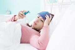 Πιασμένοι γυναίκα κρύο και πυρετός Στοκ Φωτογραφίες