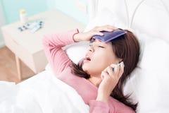 Πιασμένοι γυναίκα κρύο και πυρετός Στοκ εικόνες με δικαίωμα ελεύθερης χρήσης