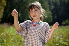 πιασμένο grasshopper κοριτσιών λίγο λιβάδι Στοκ φωτογραφίες με δικαίωμα ελεύθερης χρήσης
