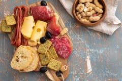 Πιατέλα με το ισπανικό ζαμπόν jamon ή το ιταλικό crudo prosciutto, τεμαχισμένο ιταλικό σκληρό τυρί σπιτικό ξηρό σαλάμι κρέατος, ε στοκ εικόνες