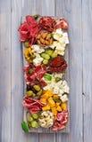 Πιατέλα τομέα εστιάσεως Antipasto με το μπέϊκον, jerky, το λουκάνικο, το μπλε τυρί και τα σταφύλια Στοκ εικόνες με δικαίωμα ελεύθερης χρήσης