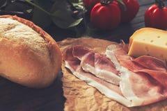 Πιατέλα καρφιών, ζαμπόν και τυριών με μερικές ντομάτες Στοκ φωτογραφίες με δικαίωμα ελεύθερης χρήσης
