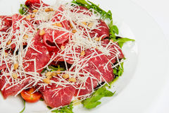 Πιατέλα κρέατος με το τυρί, το καλαμπόκι, τις ντομάτες και το arugula στο πιάτο Στοκ Εικόνα