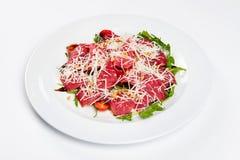 Πιατέλα κρέατος με το τυρί, το καλαμπόκι, τις ντομάτες και το arugula στο πιάτο Στοκ Φωτογραφίες
