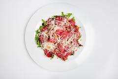 Πιατέλα κρέατος με το τυρί, το καλαμπόκι, τις ντομάτες και το arugula στο πιάτο Στοκ εικόνα με δικαίωμα ελεύθερης χρήσης