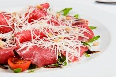 Πιατέλα κρέατος με το τυρί, το καλαμπόκι, τις ντομάτες και το arugula στο πιάτο Στοκ φωτογραφία με δικαίωμα ελεύθερης χρήσης