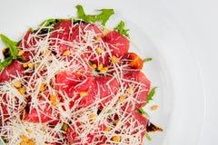 Πιατέλα κρέατος με το τυρί, το καλαμπόκι, τις ντομάτες και το arugula στο πιάτο Στοκ εικόνες με δικαίωμα ελεύθερης χρήσης