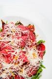 Πιατέλα κρέατος με το τυρί, το καλαμπόκι, τις ντομάτες και το arugula στο πιάτο Στοκ Φωτογραφία