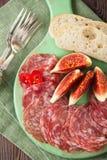 Πιατέλα κρέατος του θεραπευμένων κρέατος και των σύκων Στοκ φωτογραφίες με δικαίωμα ελεύθερης χρήσης