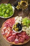 Πιατέλα τομέα εστιάσεως Antipasto με το μπέϊκον, jerky, το σαλάμι, το τυρί και τα σταφύλια Στοκ Εικόνες