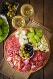 Πιατέλα τομέα εστιάσεως Antipasto με το μπέϊκον, jerky, το σαλάμι, το τυρί και τα σταφύλια Στοκ φωτογραφίες με δικαίωμα ελεύθερης χρήσης