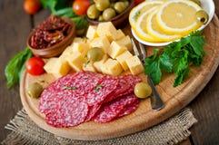 Πιατέλα τομέα εστιάσεως Antipasto με το σαλάμι και το τυρί Στοκ φωτογραφίες με δικαίωμα ελεύθερης χρήσης