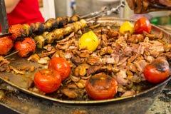 Πιατέλα του τεμαχισμένων κρέατος και των ντοματών ψητού Στοκ Εικόνα