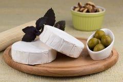 Πιατέλα τυριών με τα καρύδια και τα σταφύλια και τις ελιές Στοκ φωτογραφία με δικαίωμα ελεύθερης χρήσης