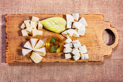 Πιατέλα τυριών που διακοσμείται στον αγροτικό ξύλινο πίνακα Στοκ Εικόνα