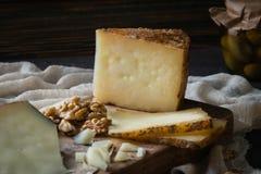 Πιατέλα τυριών του τεμαχισμένου ισπανικού manchego σκληρών τυριών και του τεμαχισμένου ιταλικού toscano pecorino στον ξύλινο πίνα Στοκ φωτογραφίες με δικαίωμα ελεύθερης χρήσης