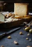 Πιατέλα τυριών του τεμαχισμένου ισπανικού manchego σκληρών τυριών και του τεμαχισμένου ιταλικού toscano pecorino στον ξύλινο πίνα Στοκ φωτογραφία με δικαίωμα ελεύθερης χρήσης