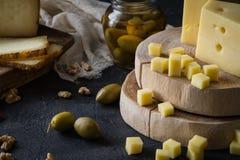 Πιατέλα τυριών του τεμαχισμένου σουηδικού σκληρού τυριού και του τεμαχισμένου και ιταλικού toscano pecorino στους ξύλινους πίνακε Στοκ Εικόνες