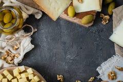 Πιατέλα τυριών των διαφορετικών τύπων σκληρών τυριών σουηδικά, ισπανικά και ιταλικά Στοκ Εικόνες