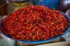 Πιατέλα των ξηρών κόκκινων τσίλι στην αγορά στοκ εικόνα