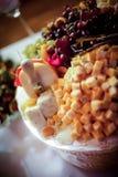 Πιατέλα φρούτων και τυριών που εξυπηρετείται σε έναν πίνακα με το φυσικό φως Στοκ φωτογραφία με δικαίωμα ελεύθερης χρήσης