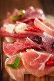Πιατέλα Antipasti του θεραπευμένου κρέατος, jamon, ελιές, λουκάνικο, salam Στοκ φωτογραφίες με δικαίωμα ελεύθερης χρήσης