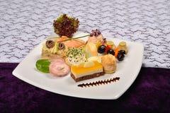 Πιατέλα Antipasto και τομέα εστιάσεως με τα διαφορετικά ορεκτικά (φρούτα, Στοκ Εικόνες